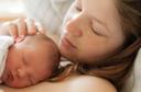 """Aninhar o bebê pele a pele logo após o nascimento, com o """"Método Mãe Canguru"""", aumenta as taxas de sobrevivência de bebês com baixo peso ao nascer"""