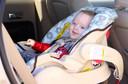 Crianças de até 2 anos devem usar bebê conforto virado para a traseira do veículo, segundo as novas recomendações da American Academy of Pediatrics
