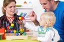 Bebês e crianças abaixo de 2 anos devem aprender brincando livremente, longe das telas. É o que a Academia Americana de Pediatria recomenda