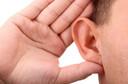 O uso de aparelhos auditivos pode evitar que prejuízos cerebrais devidos à surdez aconteçam
