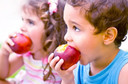 Sucos de frutas não devem ser introduzidos na dieta de bebês antes dos 12 meses de idade e não devem ser consumidos em excesso por crianças maiores
